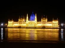 Kék fényben ragyogott a Parlament kupolája